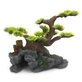 עיצוב אקווריום. מערה לאקווריום. קישוט לאקווריום מערה ועץ צמחיה עם ענפים ירוקים וסלעים.
